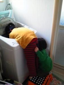洗濯機から洗濯物を取る姿